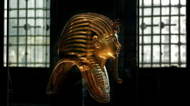 Tutankhamun-mummy-gold